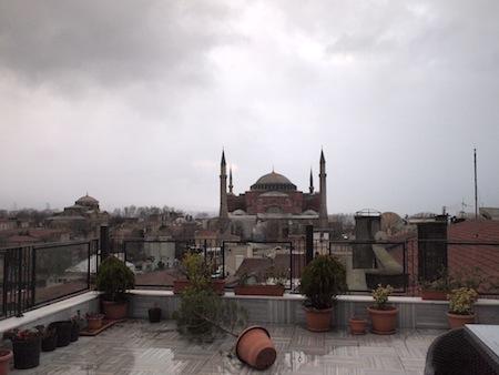 暴風雨の爪痕が残る屋上。正面に見えるのはアヤソフィア。