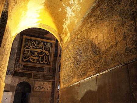 イスラムのカリグラフィやタイルも残ってます。