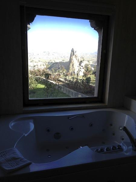 お風呂から奇岩が見えます。ただし入浴中はガラスが曇っちゃいますが・・