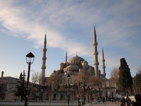 朝日を浴びるブルーモスク