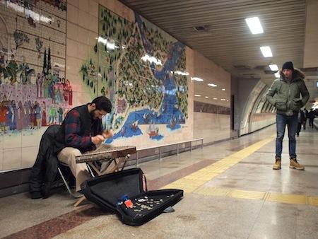 地下鉄構内で民族楽器を演奏