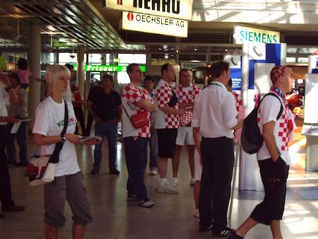空港のクロアチアサポーター