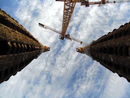 橋から塔のてっぺんを見上げる