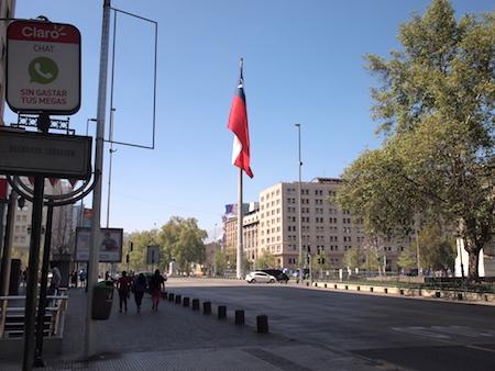 モネダ宮殿前の大きな旗