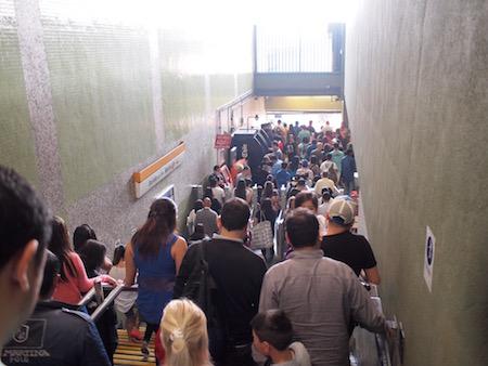 大混雑のオイギンス公園駅