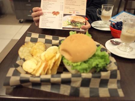 朝食の特大ハンバーガー