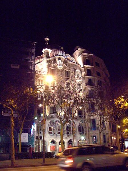 夜のカサ・バトリョ