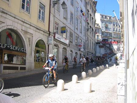 リスボンの街中で自転車大会