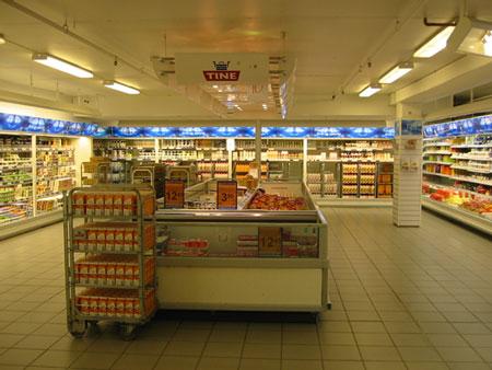 スーパーの乳製品コーナー