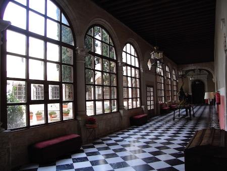 中庭と廊下
