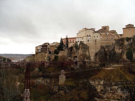 吊り橋を渡って中世の街へ