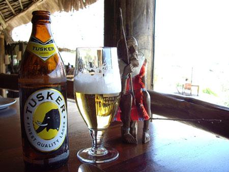 タスカービールとマサイ村で買った彫り物
