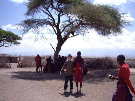 マサイの青年と別れの記念撮影