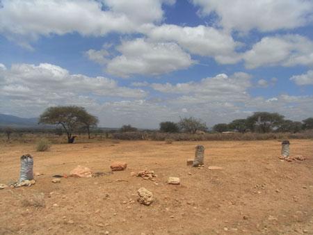 マサイ村の前で炭を売る