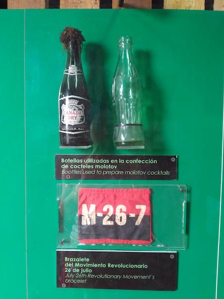 火炎瓶と革命軍の腕章