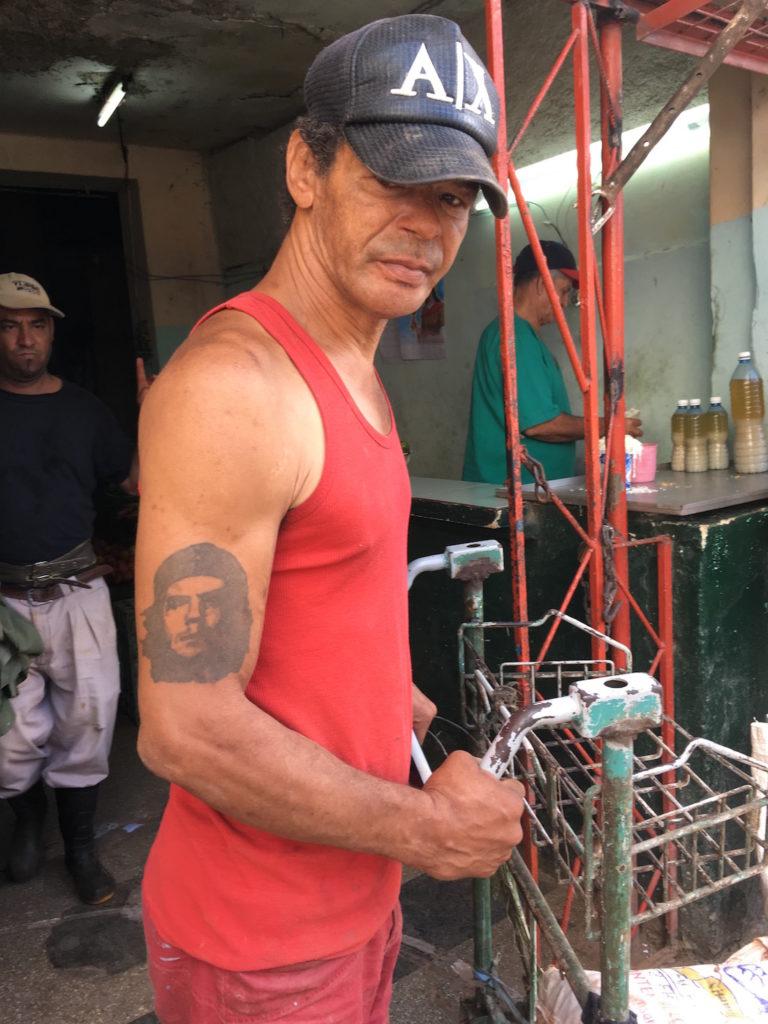 キューバ国民に文字通り刻まれたチェ・ゲバラ