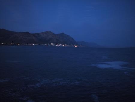 夜のヘルマナスの海