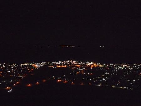 高台からヘルマナスの街を眺める