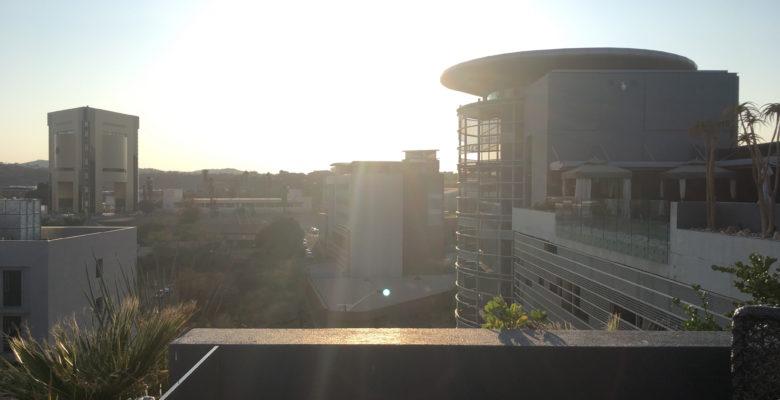 左に見えるのが博物館で右の丸い塔はホテルのレストランです