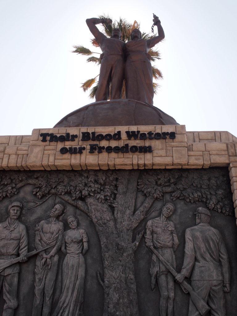 先祖の流した血が今日の自由であると