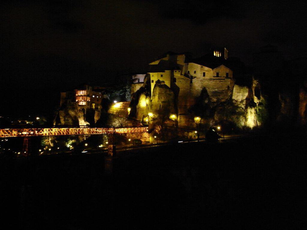 闇夜に浮かぶ崖の町