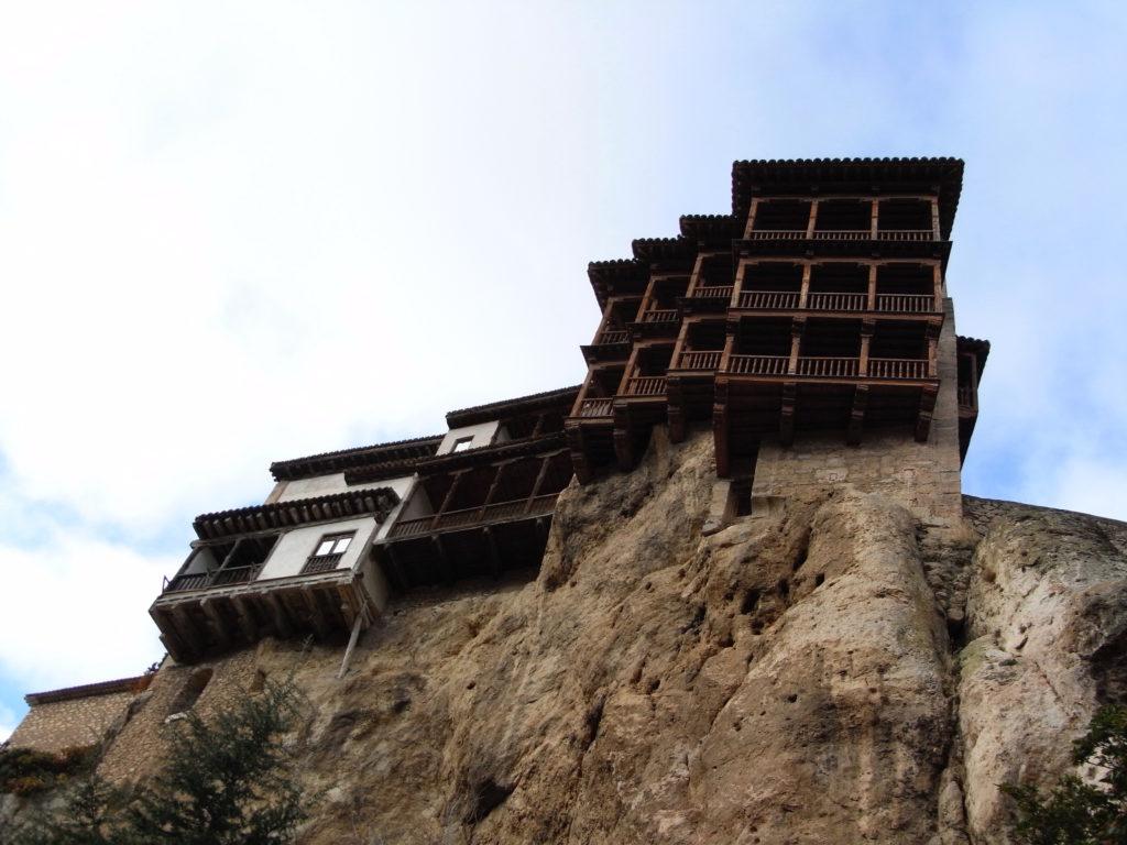 崖の上の宙づりの家