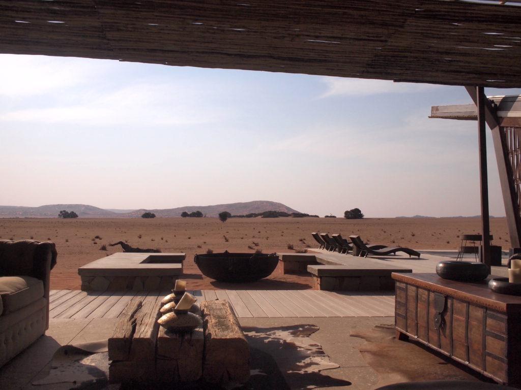 ホテルのロビーからナミブ砂漠を眺める
