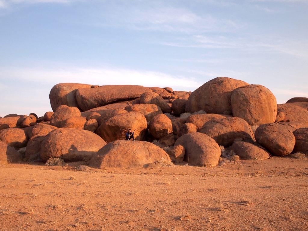 岩に座って夕日を待ちます