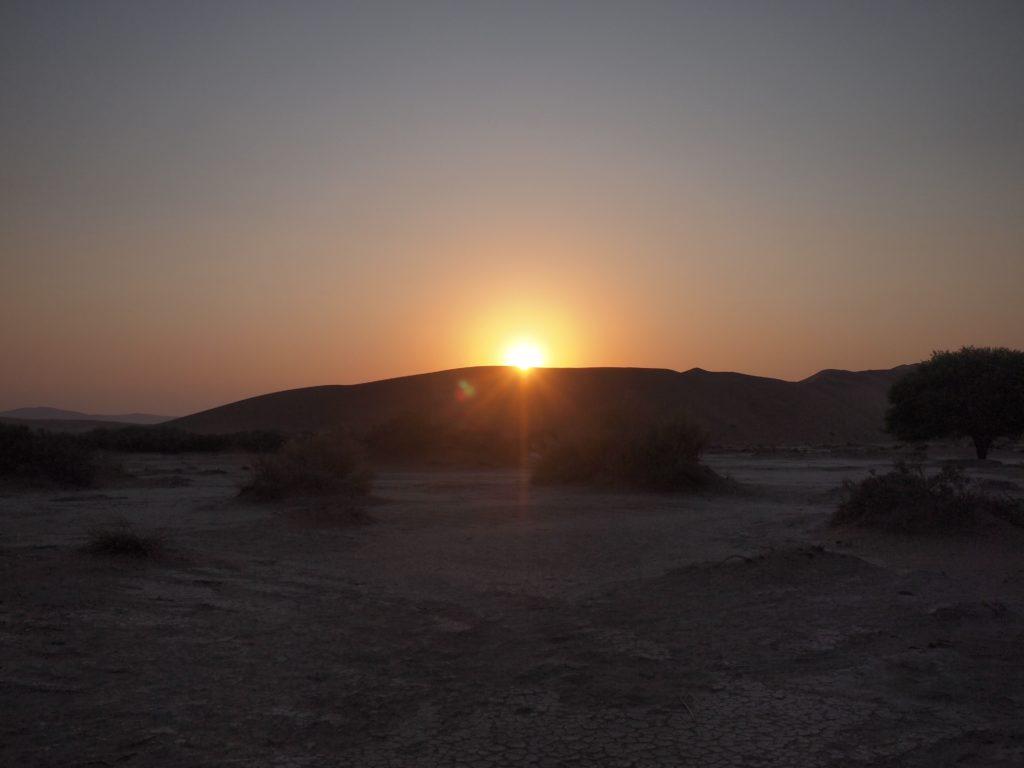 ナミブ砂漠の砂丘からお日様が