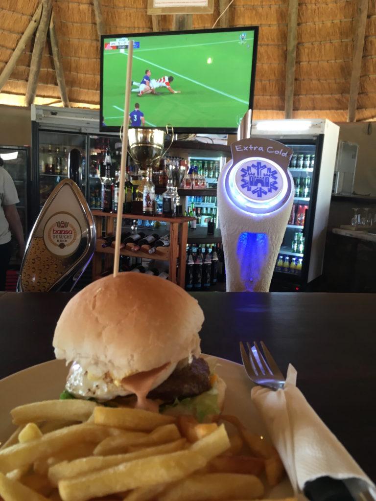 ハンバーガーを食べながら試合観戦