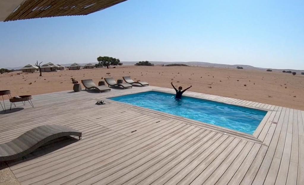 砂漠のプール